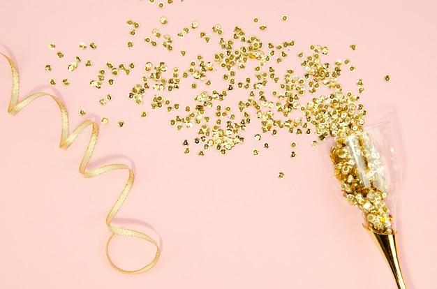 Verre à champagne avec des paillettes d'or Photo gratuit