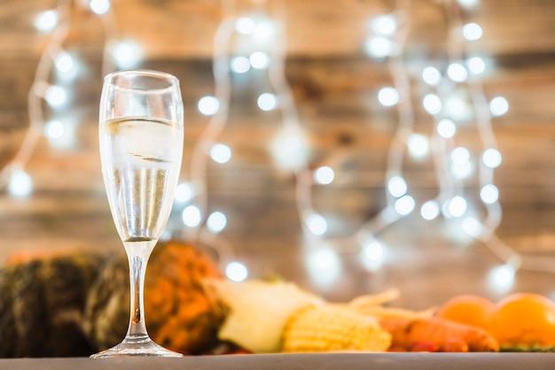 Verre de champagne sur la table avec des légumes Photo gratuit