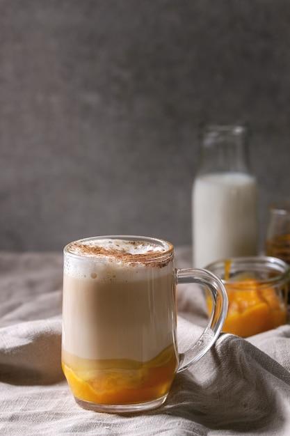 Verre de citrouille au lait épicé Photo Premium
