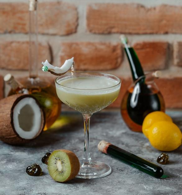 Un verre de cocktail alcool au lait de coco avec un arôme de kiwi. Photo gratuit