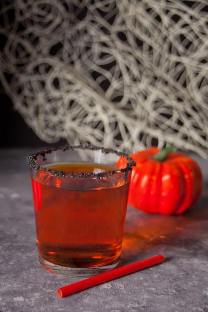 Verre avec cocktail de citrouille d'automne Photo Premium