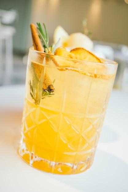Verre à cocktails à la pomme glacée Photo gratuit