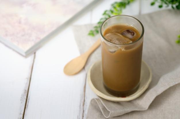 Un verre avec du café glacé sur la table Photo Premium