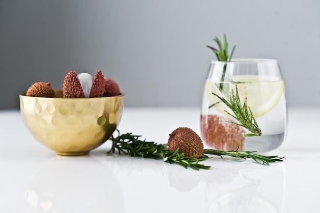 Verre d'eau claire au citron, romarin. Photo Premium