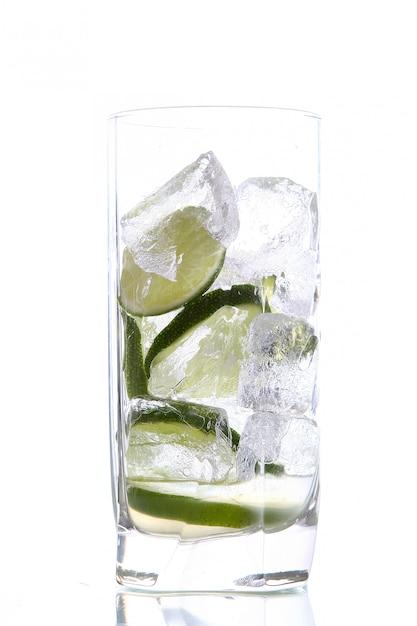 Verre D'eau Avec De La Glace Et De La Chaux Photo gratuit