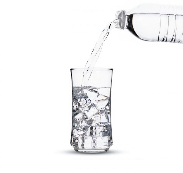 Un Verre D'eau Avec Des Glaçons Photo Premium
