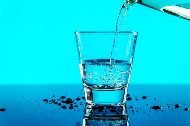 Un verre d'eau macro shot Photo gratuit