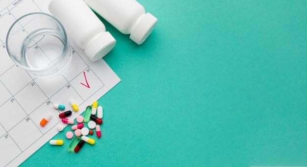 Verre D'eau Et Pilules Photo gratuit