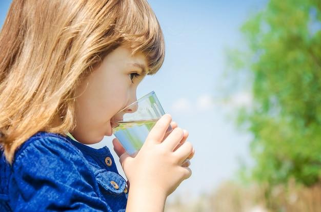 Verre d'enfant d'eau Photo Premium