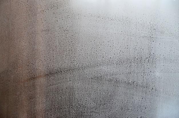 Verre à fenêtre avec condensation ou vapeur après de fortes pluies, texture ou image de fond Photo Premium