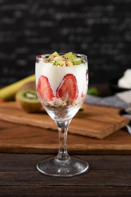 Verre avec fruits et yaourt Photo gratuit