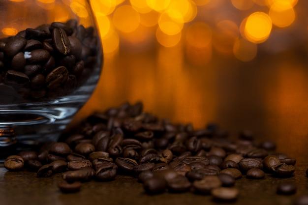 Verre avec grains de café Photo gratuit
