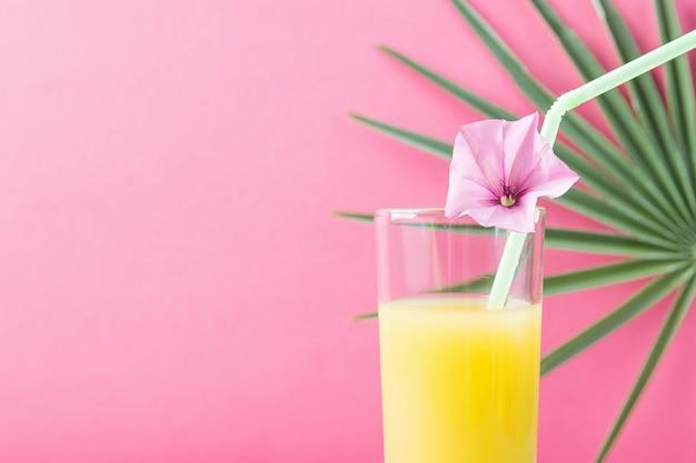 Verre avec jus de fruits tropicaux aux agrumes et à l'ananas fraîchement pressés Photo Premium