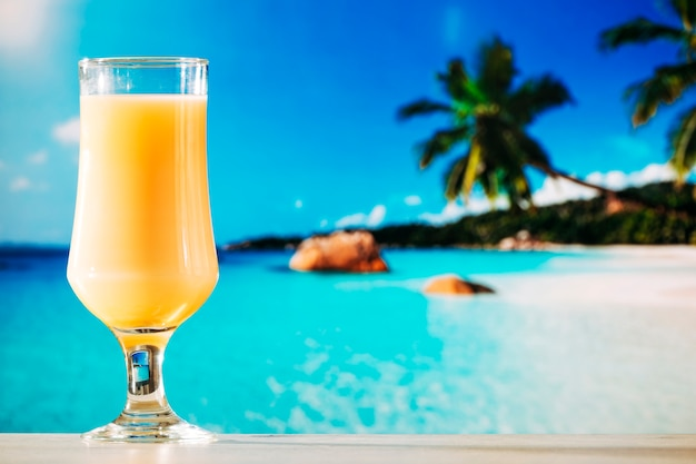 Verre de jus d'orange en été tropical Photo gratuit