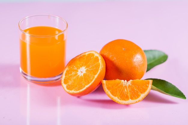Verre de jus d'orange avec une tranche d'orange Photo gratuit