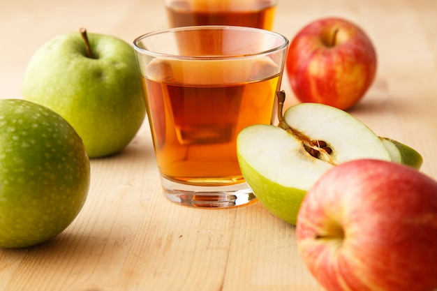 Verre de jus de pomme Photo gratuit