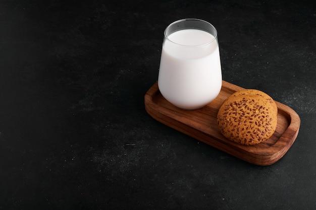 Un Verre De Lait Avec Des Biscuits Au Cumin. Photo gratuit