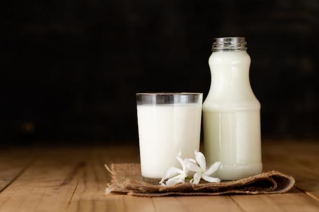 Verre de lait et une bouteille de lait frais Photo gratuit