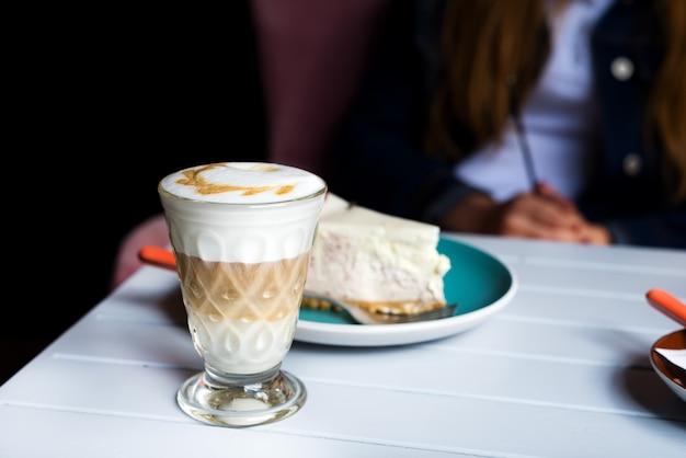 Verre de lait macchiato avec une riche mousse de lait au café Photo Premium