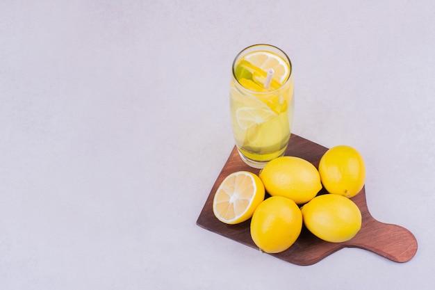 Un Verre De Limonade Aux Citrons Sur Un Plateau En Bois Photo gratuit