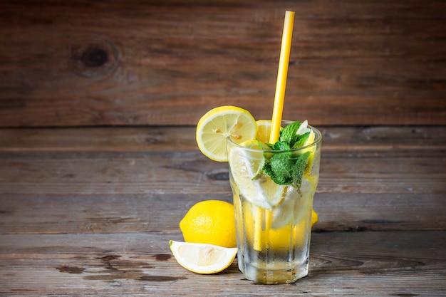Un verre de limonade maison mint Photo gratuit