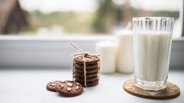 Verre de liquide blanc près des biscuits Photo gratuit
