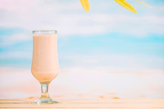 Verre de milkshake nutritif aromatique Photo gratuit