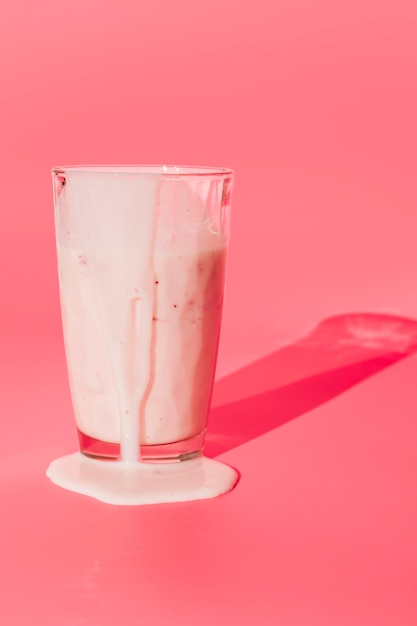 Verre avec milkshake renversé Photo gratuit