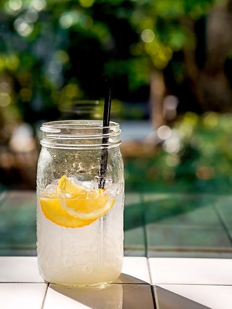 Un verre de mojito à l'eau gazeuse au citron avec de la limonade ou du jus de citron Photo Premium