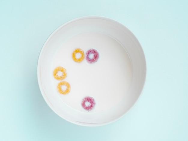 Verre plat de lait et de fruits Photo gratuit