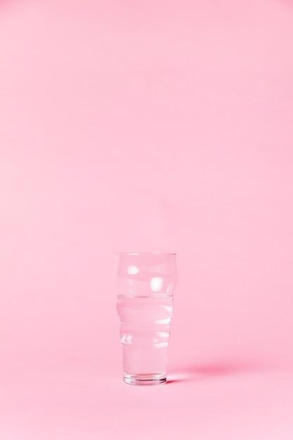 Verre plein d'eau cristalline Photo gratuit