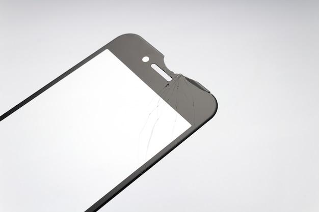 Verre De Protection Fissuré Pour Smartphone Sur Fond Blanc. Photo Premium