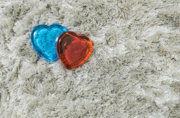 Verre Rouge Et Bleu En Forme De Coeur Sur Tapis Gris Photo Premium
