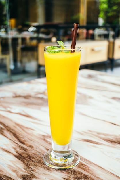 Verre à smoothie glacé à la mangue Photo gratuit