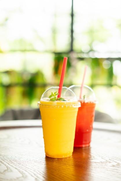 Verre De Smoothies à La Mangue Au Café Photo Premium