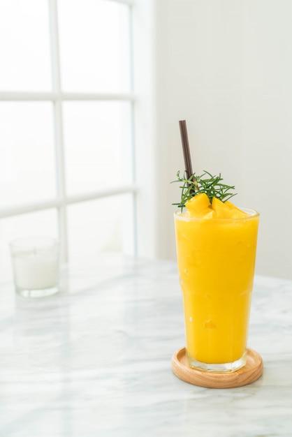 Verre de smoothies à la mangue Photo Premium