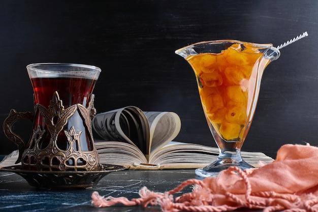 Un Verre De Thé Avec Une Confiture De Cerises. Photo gratuit