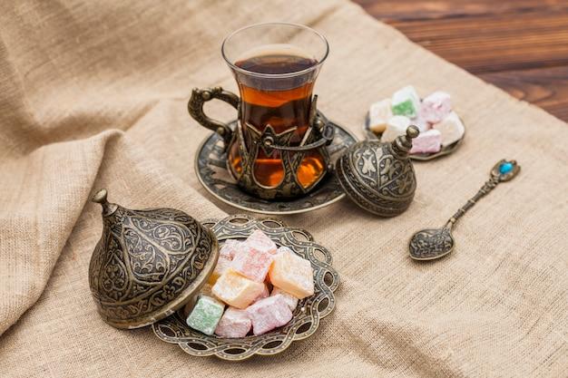 Verre de thé avec délice turc sur toile Photo gratuit