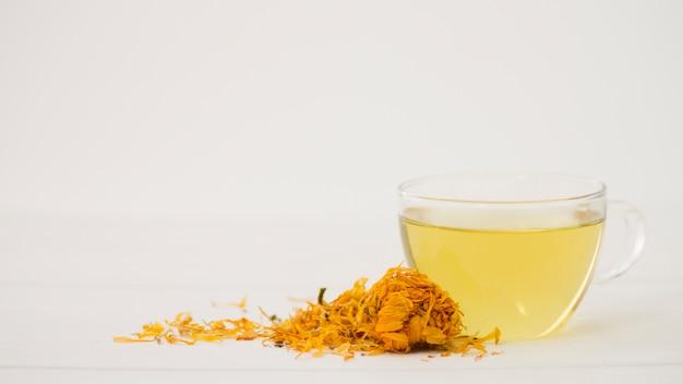 Verre de thé avec des feuilles Photo gratuit