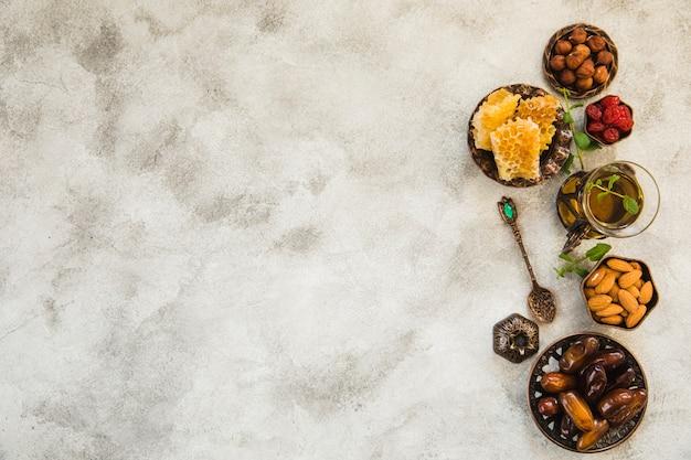 Verre à thé avec fruits et noix Photo gratuit