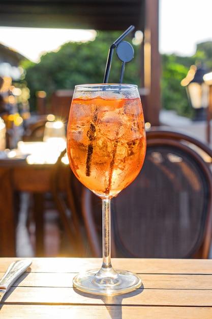 Verre de vin de cocktail froid aperol spritz sur table Photo Premium