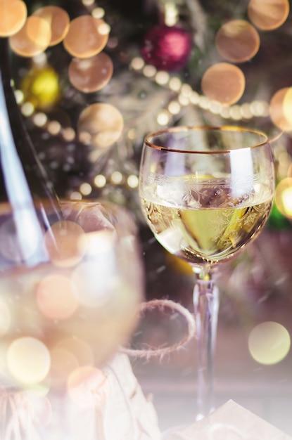 Verre De Vin Et Décoration De Noël Photo Premium