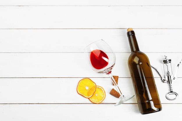 Verre à vin sur fond en bois Photo Premium