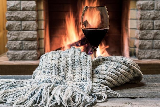 Verre De Vin Sur Fond De Cheminée, Concept Hygge. Photo Premium
