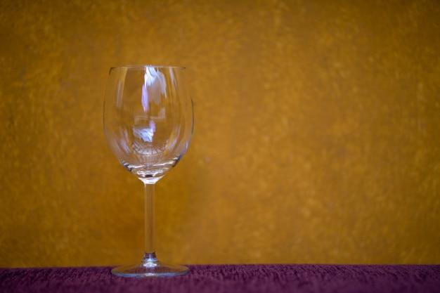Verre à vin sur fond jaune Photo Premium