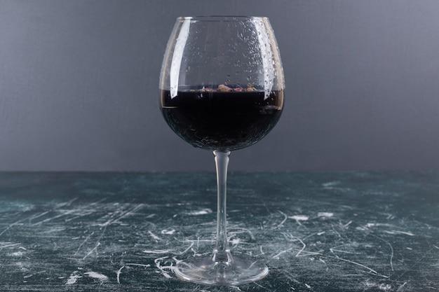 Verre De Vin Avec De La Glace Sur La Table Bleue. Photo gratuit