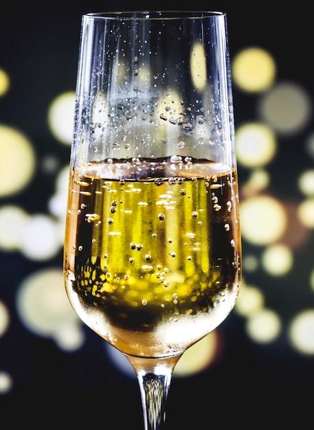 Un verre de vin mousseux Photo gratuit
