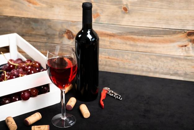 Verre de vin rouge avec fond en bois Photo gratuit
