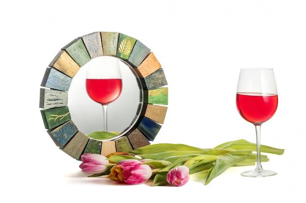 Verre de vin rouge rouge avec un horizon incliné reflété correctement dans le miroir fait main Photo Premium