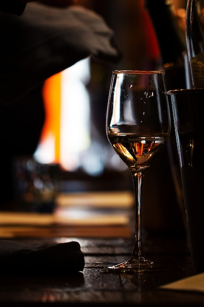 Un Verre De Vin Sur La Table En Bois Du Restaurant. Photo Premium